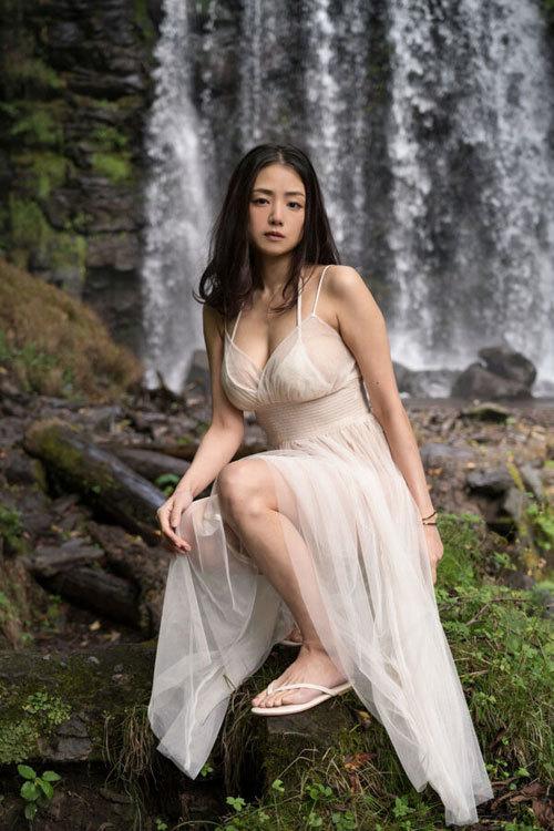 片山萌美 手ブラで隠しきれないおっぱいに興奮5