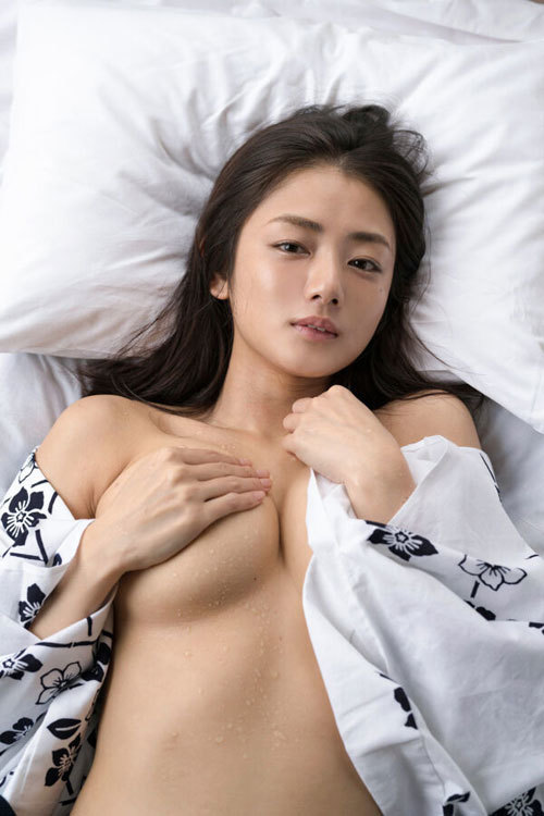 片山萌美 手ブラで隠しきれないおっぱいに興奮9