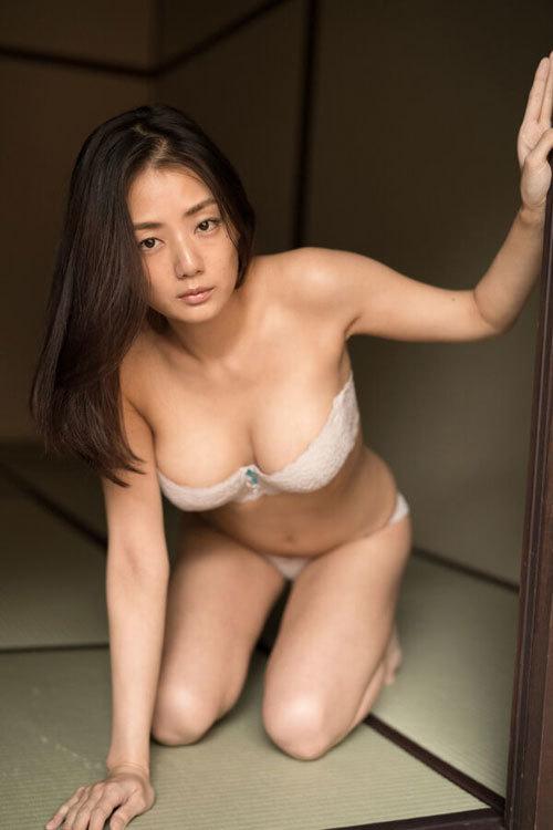 片山萌美 手ブラで隠しきれないおっぱいに興奮10