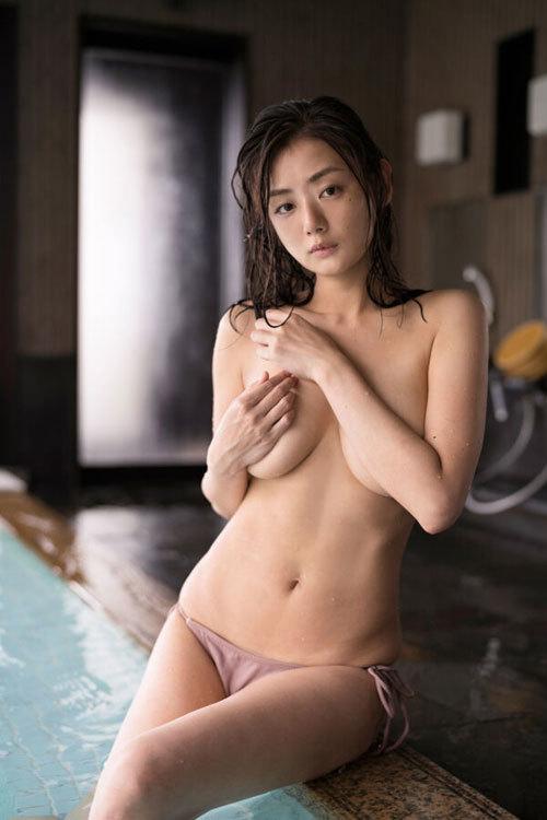 片山萌美 手ブラで隠しきれないおっぱいに興奮12