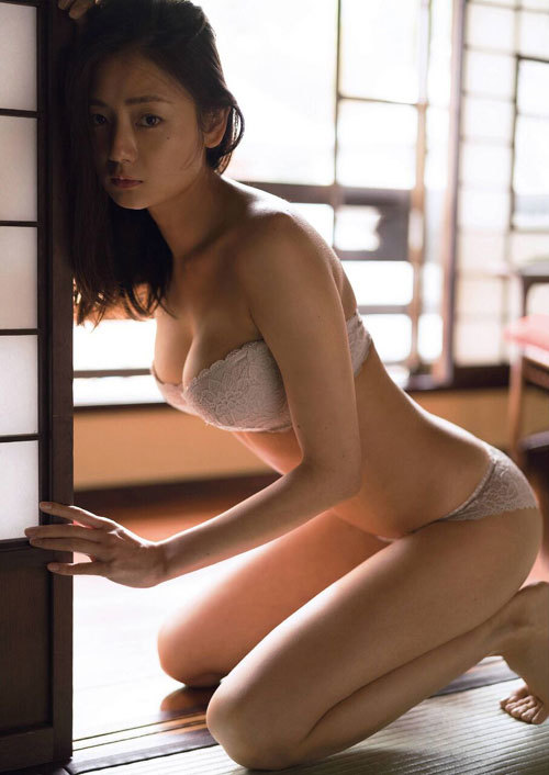 片山萌美 手ブラで隠しきれないおっぱいに興奮17