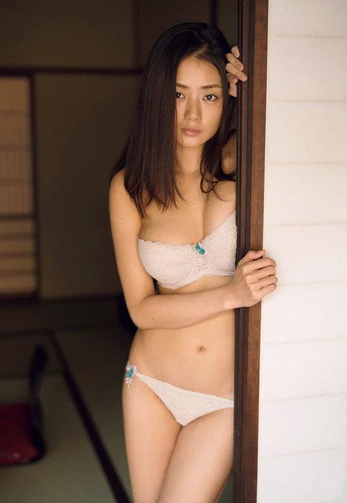 片山萌美 手ブラで隠しきれないおっぱいに興奮20