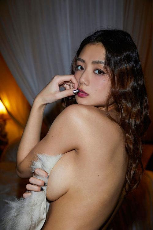 片山萌美 手ブラで隠しきれないおっぱいに興奮43
