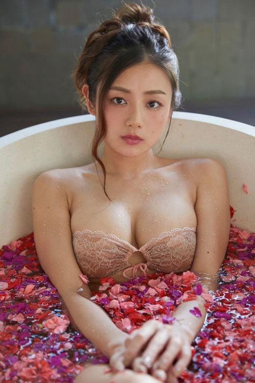片山萌美 手ブラで隠しきれないおっぱいに興奮48
