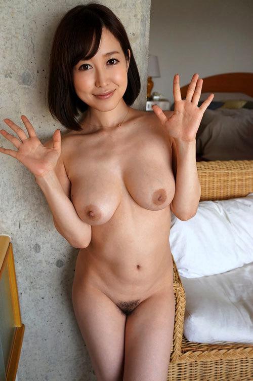 おっぱいとマン毛を見せつける全裸のお姉さん6