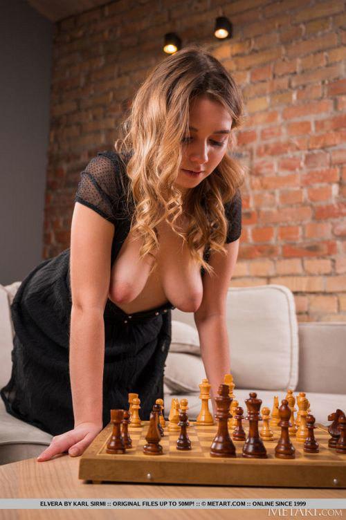 可愛いお顔に想定外の巨乳輪垂れ乳がエッロ!な日焼け跡くっきりムチムチ美少女さん、女体チェスボードになるwwww # 外人エロ画像