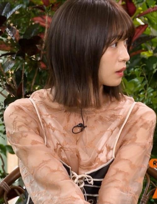 長濱ねる、谷間が見えてるような透け透けスケベ衣装を着てしまう!