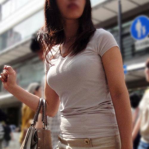 街で見かけた着衣巨乳のおっぱいがあまりのデカさに視線を奪われちゃう