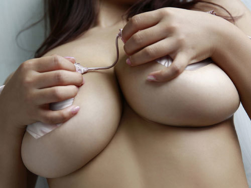 おっぱいが下からぷりっとハミ出し過ぎな下乳の美しい膨らみに見惚れちゃう