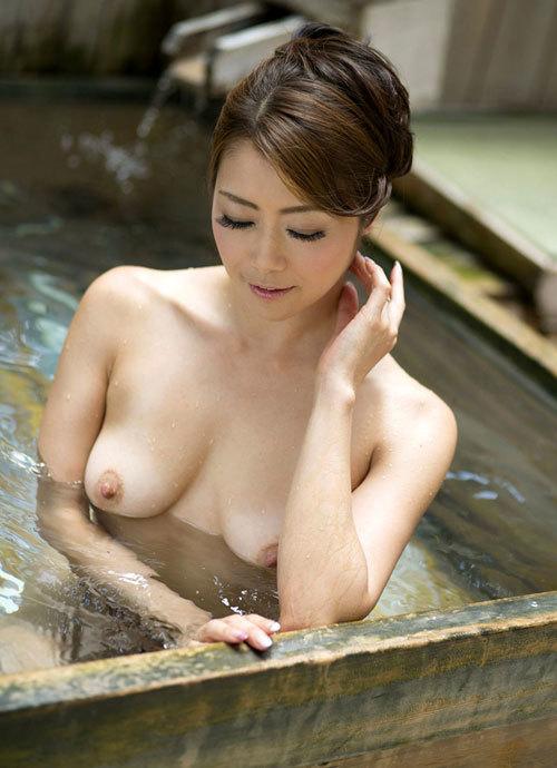 露天風呂にはいっておっぱい丸出しのお姉さん21