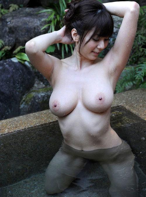 露天風呂にはいっておっぱい丸出しのお姉さん25