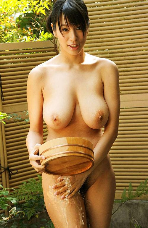 露天風呂にはいっておっぱい丸出しのお姉さん30