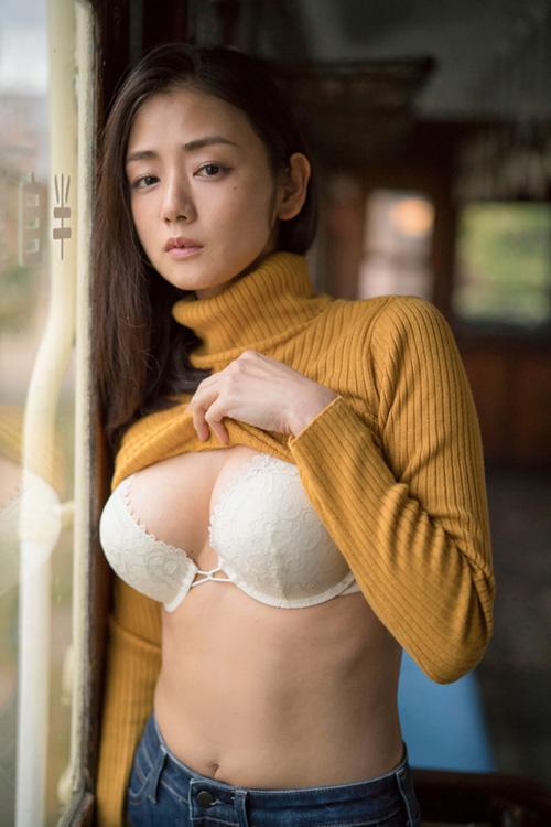 女優 片山萌美がソフマップで新作イメビをPR「浴衣がはだけた手ブラがおすすめ」