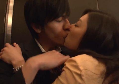 【小池栄子】吐息混じりの声を漏らしながら唇を貪る濡れ場