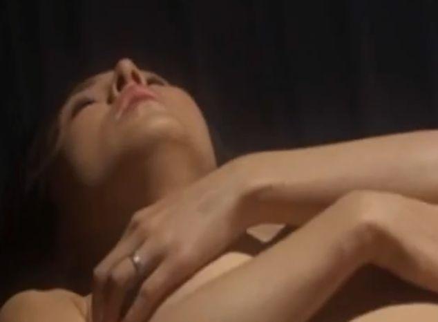 【杉本彩】大胆な手ブラ姿で寝そべった濡れ場