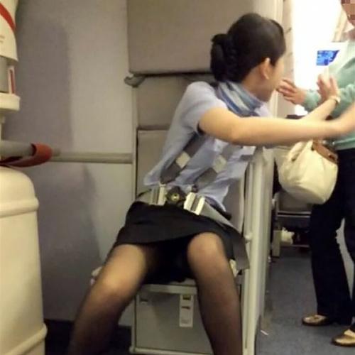 飛行機に搭乗したら、エロいCAさんに遭遇したったwww
