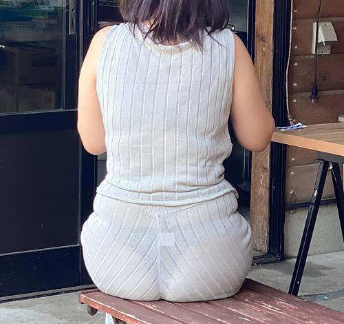 【画像】巨尻OLさん、パンツスーツ履いた結果パンティラインが浮いてしまう
