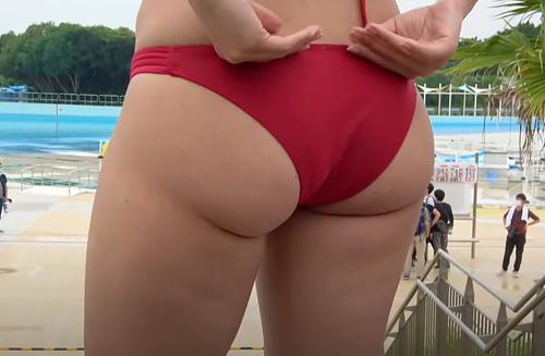 【画像あり】尻のデカい女が「キツい水着」を穿くとこうなります…