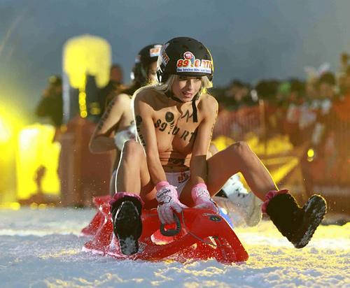 海外のウインタースポーツは裸でやるのか!?おっぱいまる出し寒中ソリ大会のエロ画像