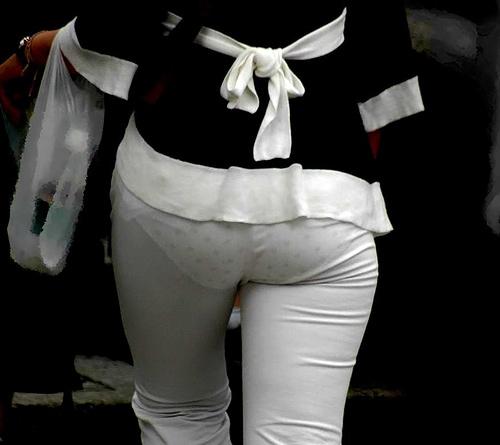 パンティーラインがくっきり透けてるスケベな街撮りお姉さんのエロ画像だぁーwww