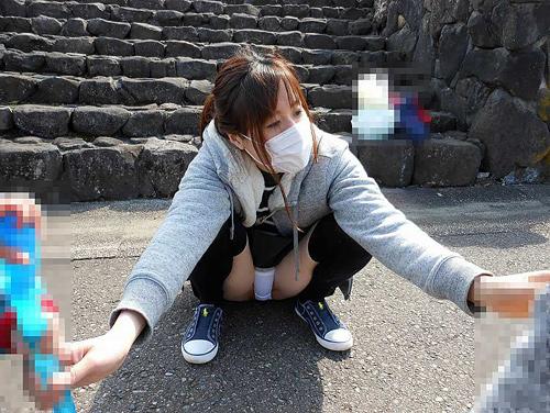 子連れママのパ○チラが無防備すぎる!子供に気を取られた若い人妻の大胆パ○チラ画像35枚
