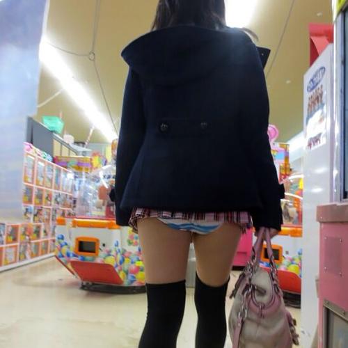 パンツまる見え!?スカートが短すぎてやばい…街撮りされたミニスカ娘のパ○チラ画像