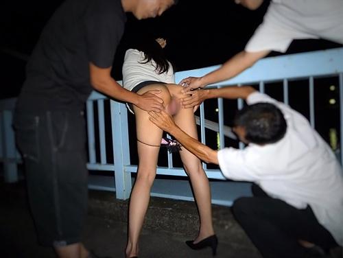 素人なのに、屋外で性器まで晒しちゃう女たち・・