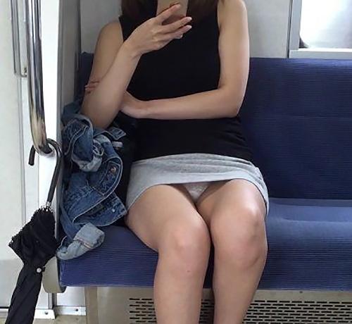 ミニスカさんの股間部分を狙って撮影した素人のパ●チラ画像(20枚)