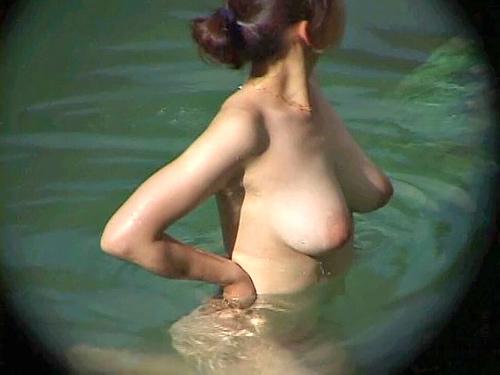 露天風呂で見つけた巨乳の素人娘たちの全裸姿を覗いちゃった