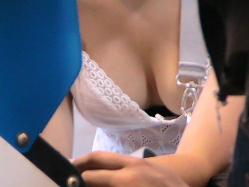前屈みでユルユルになった胸元から見えたお●ぱいがエ□い素人胸チラ娘たち