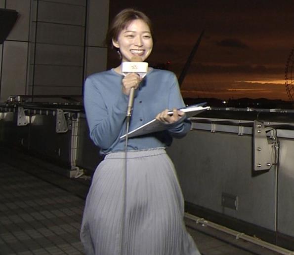 阿部華也子 強風でスカートが股間に張り付く大ハプニング!キャプ・エロ画像3