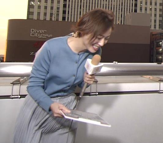 阿部華也子 強風でスカートが股間に張り付く大ハプニング!キャプ・エロ画像7