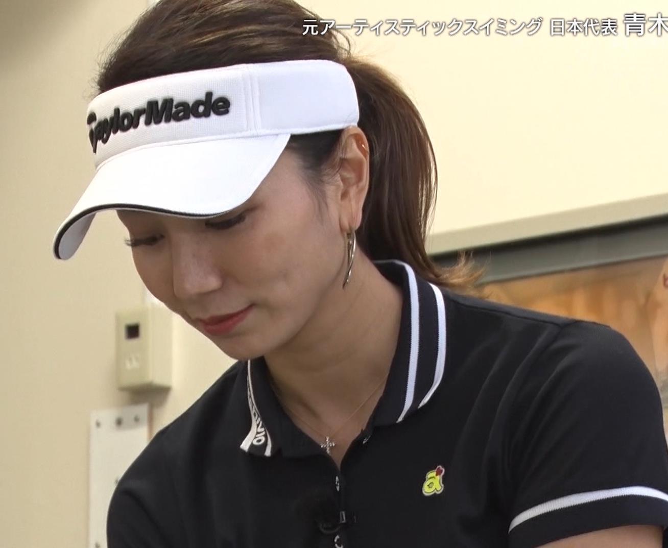 青木愛 すごく短いスカートでゴルフをするエロキャプ・エロ画像