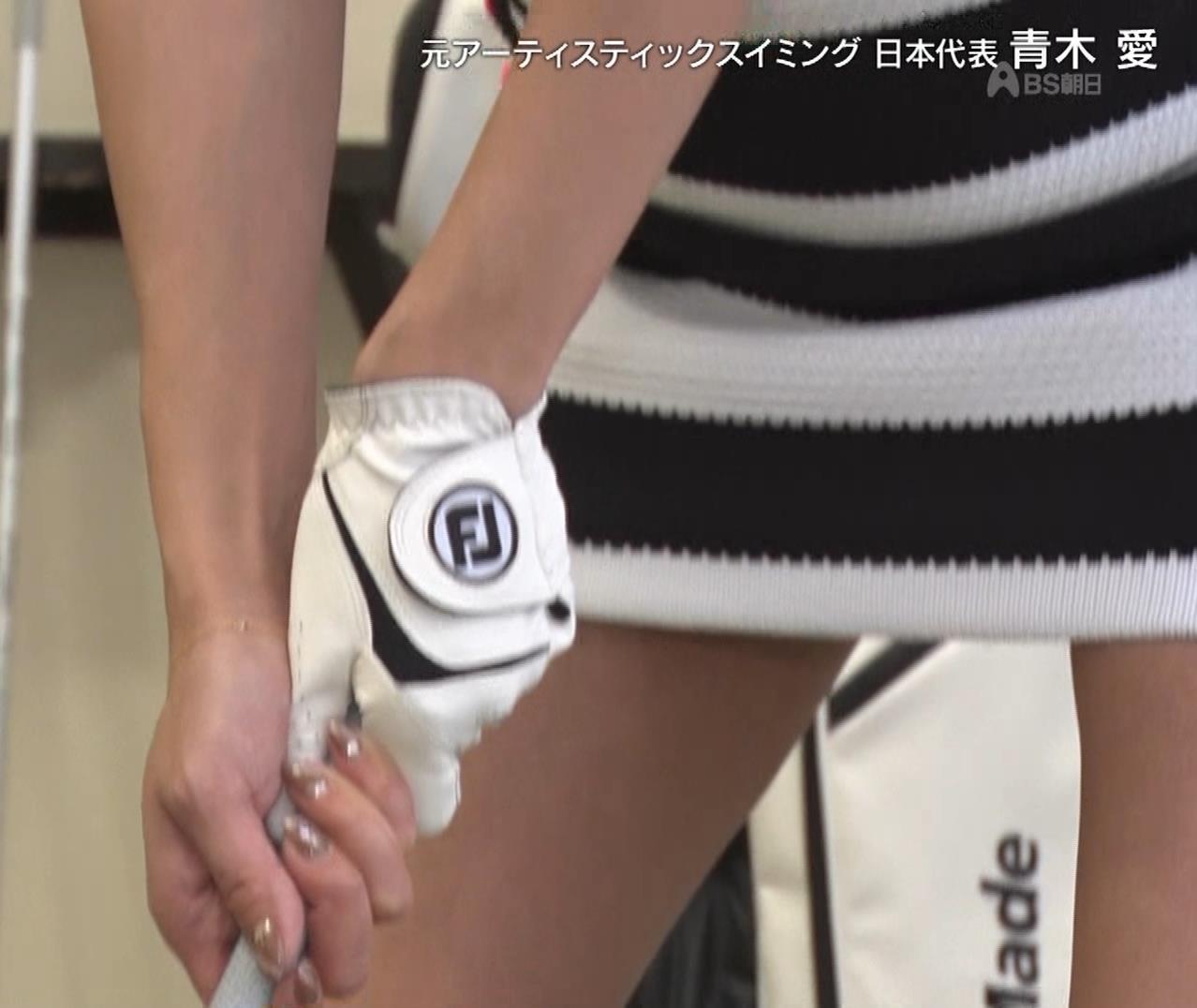 青木愛 すごく短いスカートでゴルフをするエロキャプ・エロ画像2