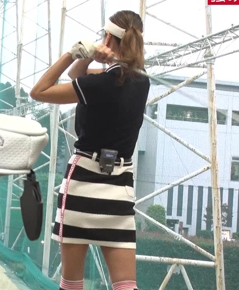 青木愛 すごく短いスカートでゴルフをするエロキャプ・エロ画像13