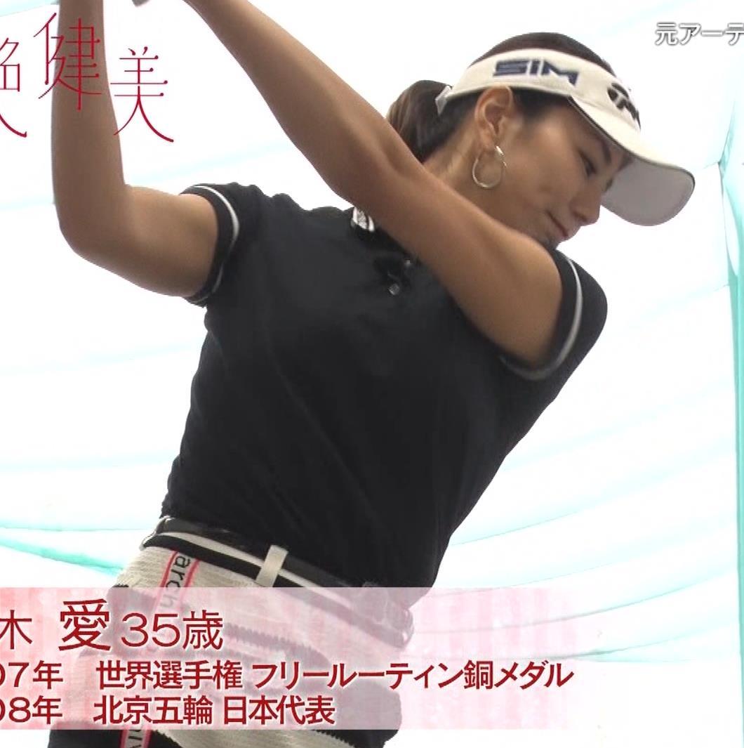 青木愛 すごく短いスカートでゴルフをするエロキャプ・エロ画像4