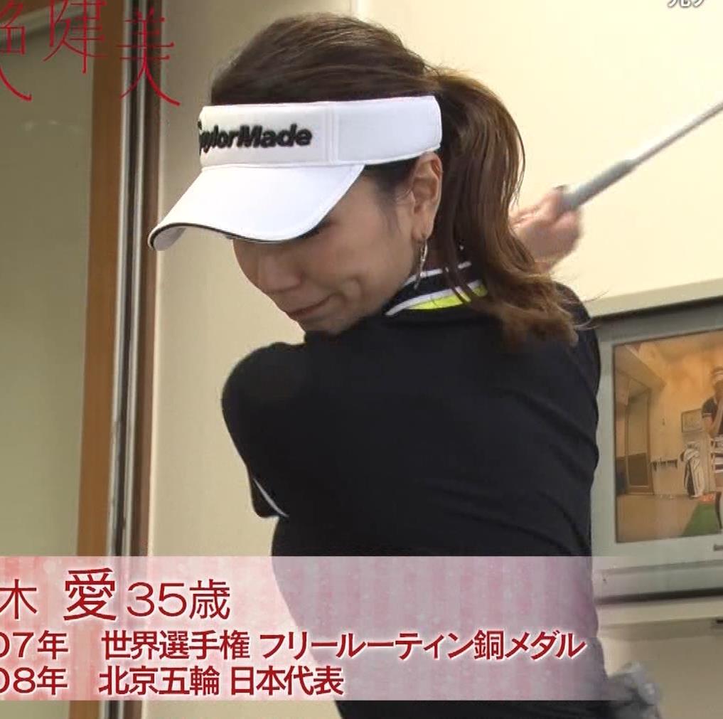 青木愛 すごく短いスカートでゴルフをするエロキャプ・エロ画像6
