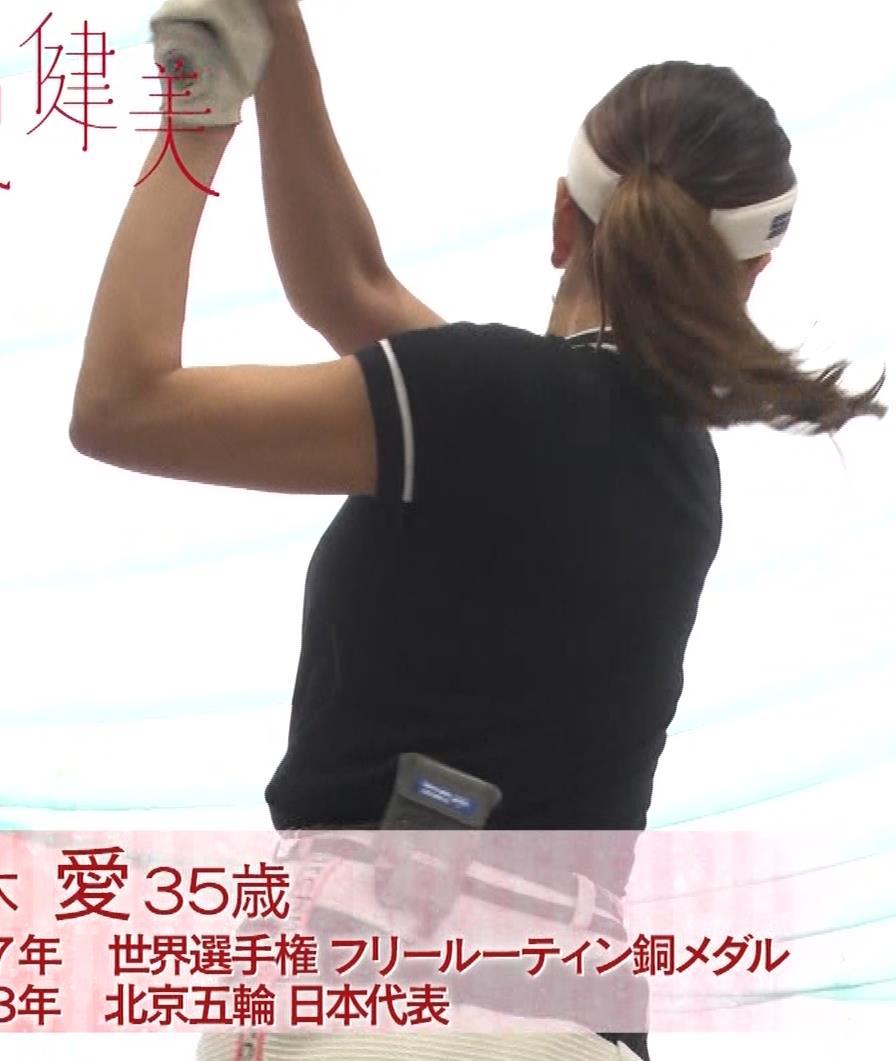 青木愛 すごく短いスカートでゴルフをするエロキャプ・エロ画像7