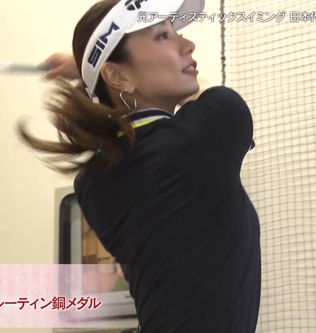 青木愛 すごく短いスカートでゴルフをするエロキャプ・エロ画像8