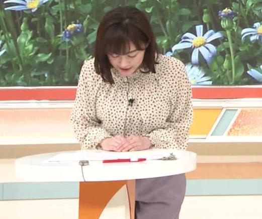 新井恵理那 胸を張っておっぱいが際立つキャプ・エロ画像