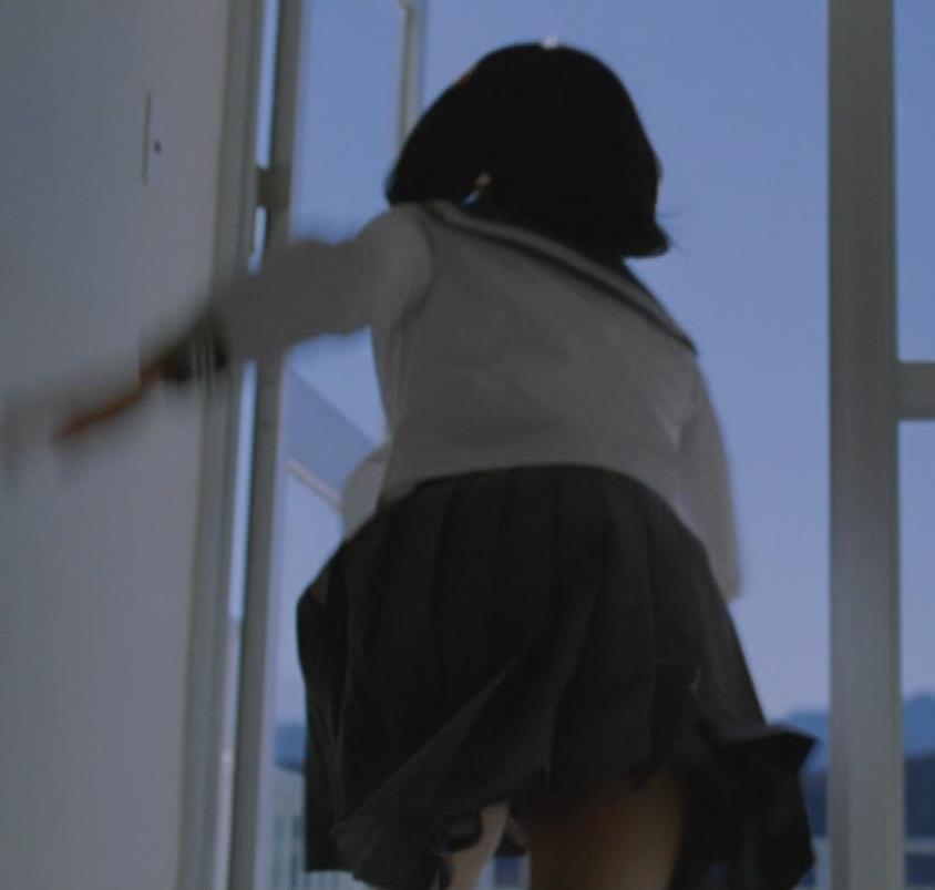 芦田愛菜 お茶のCMってスカートがめくれて太ももが露出してるキャプ・エロ画像2