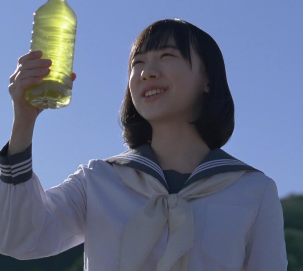 芦田愛菜 お茶のCMってスカートがめくれて太ももが露出してるキャプ・エロ画像5
