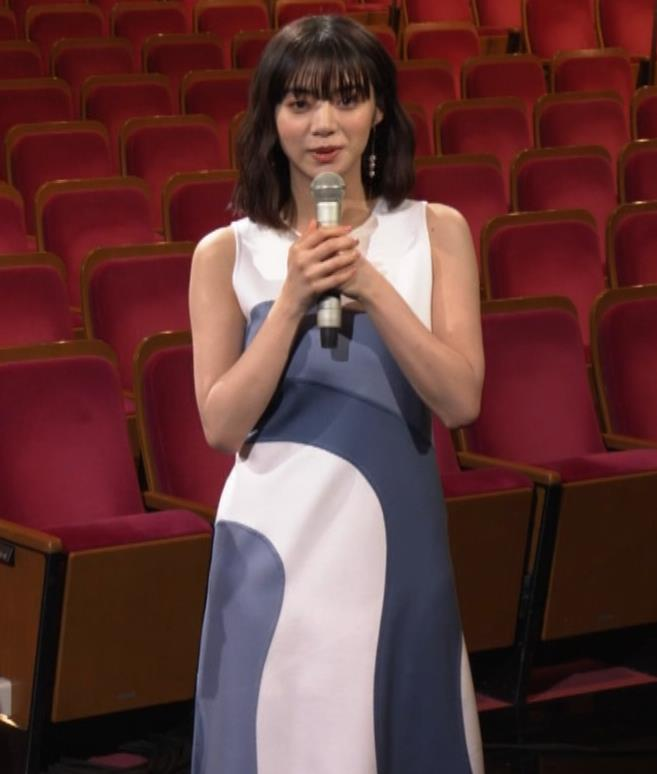 池田エライザ 胸がエロいドレスキャプ・エロ画像3