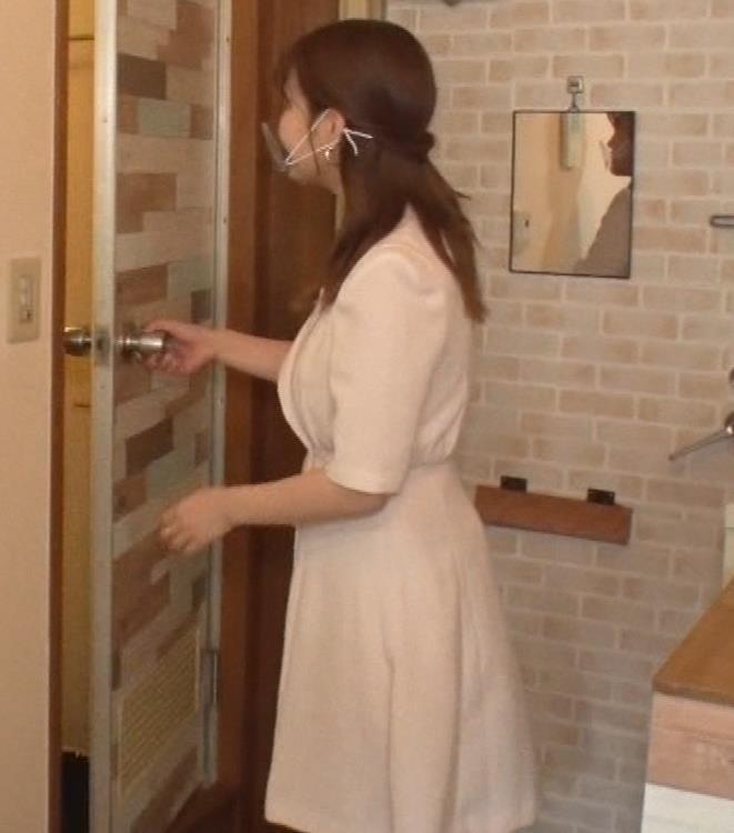 井口綾子 芸人の自宅で寝て太もも大サービスキャプ・エロ画像3