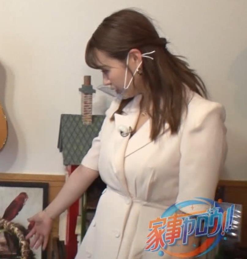 井口綾子 芸人の自宅で寝て太もも大サービスキャプ・エロ画像21
