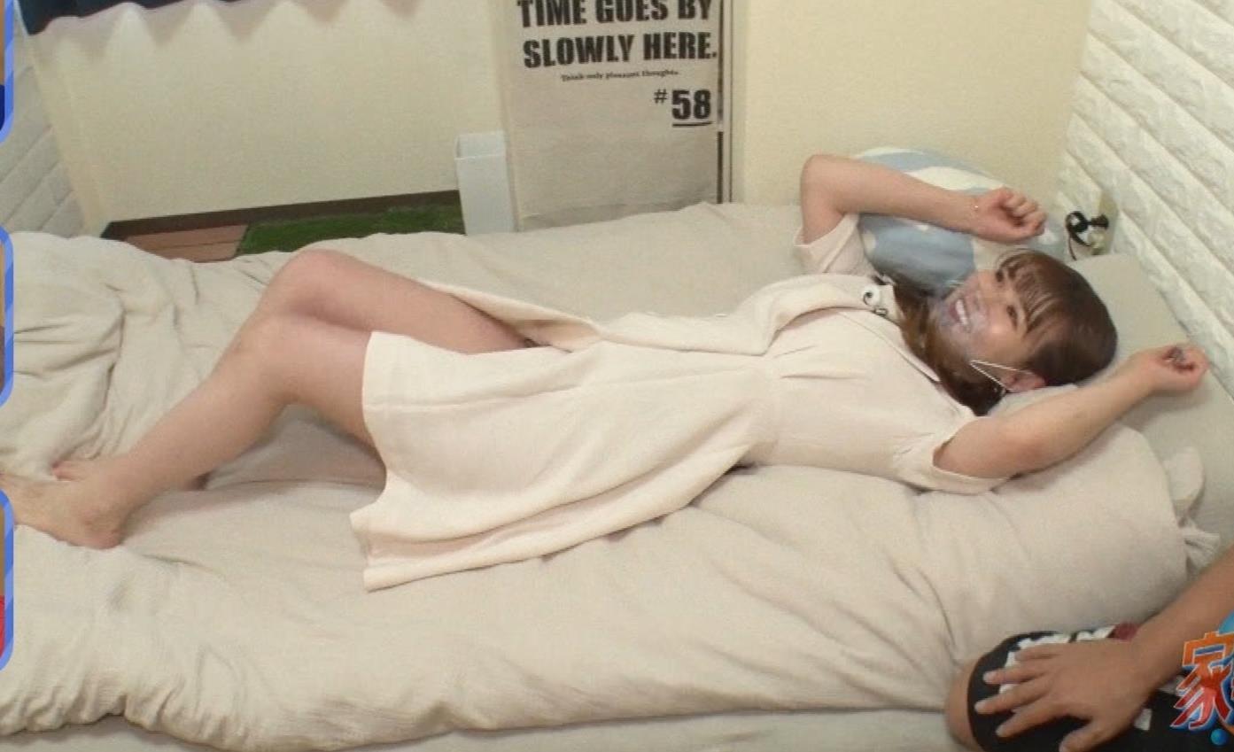 井口綾子 芸人の自宅で寝て太もも大サービスキャプ・エロ画像6
