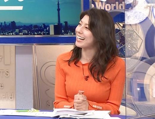 上村彩子アナ スカートのスリットからチラ見え▼ゾーンキャプ・エロ画像4