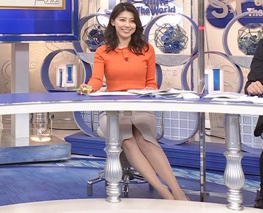 上村彩子アナ スカートのスリットからチラ見え▼ゾーンキャプ・エロ画像6
