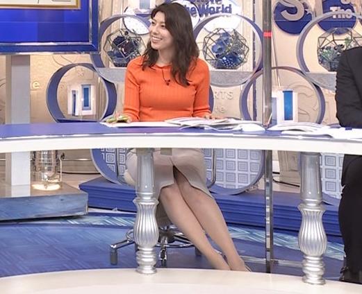 上村彩子アナ スカートのスリットからチラ見え▼ゾーンキャプ・エロ画像7