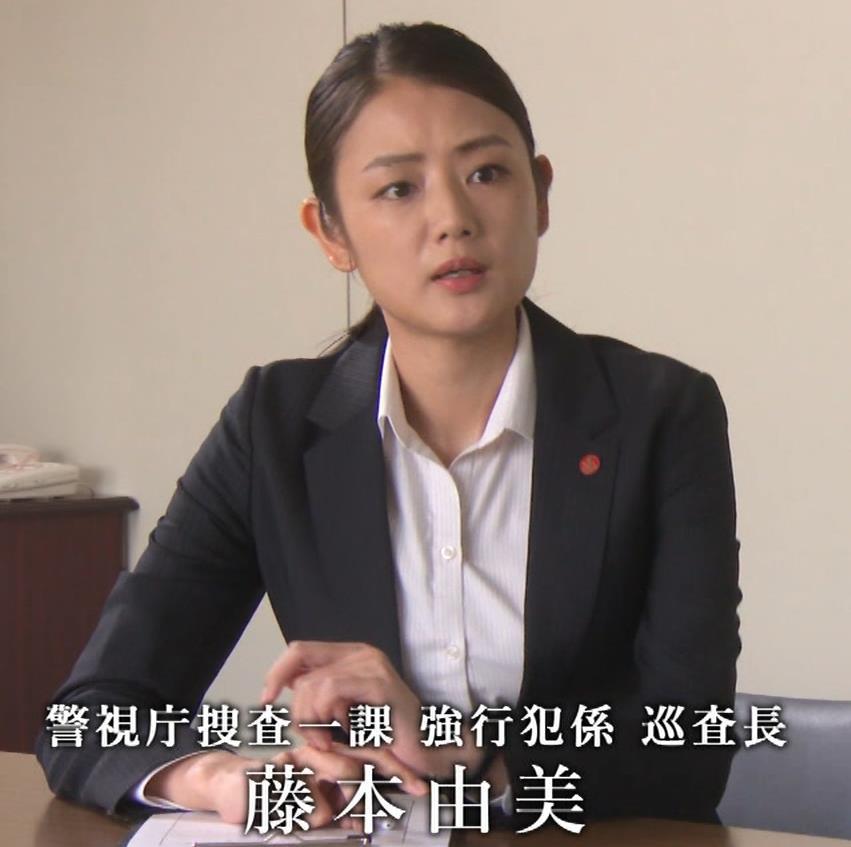 片山萌美 刑事ドラマのスーツ姿キャプ・エロ画像